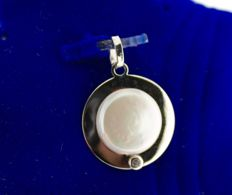 14 kt Gold pendant, inlaid with mother of pearl and zirconia, size: 15 x 18 mm.