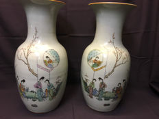 A pair of porcelain vases – China – around 1900.