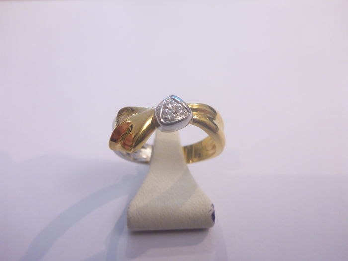 18 kt, Bicolour, gold ring with approx. 0.06 ct diamond - size 17.5 - 4.8 grams.