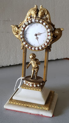 3. Magnificent table verge clock - with pearl ring and Bohemian garnet ornament - Switzerland 1830