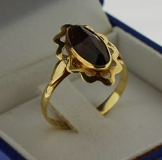 14 kt gold ring inlaid with ruby