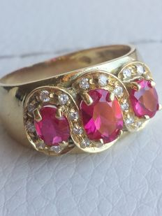 18 kt yellow gold cocktail ring with precious red stones and zircons - Size: 53.