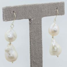 Earrings in 18 kt gold with cultured pearl and fish-hook clasp. 45 mm.