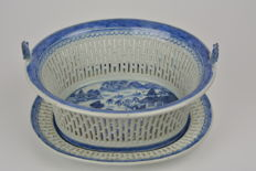 Blue/white basket on a matching dish, in porcelain – China – early 19th century