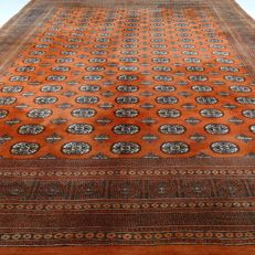 "Bouchara - 420 x 315 cm - ""Oversized Persian carpet in brique - Clean carpet in great condition"" - With certificate"