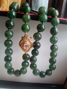 Necklace in genuine Jade with silver gilt clasp