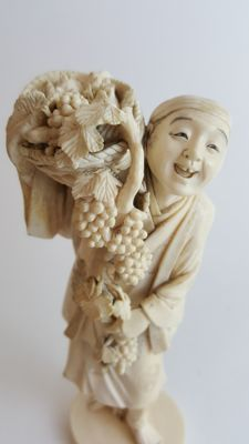 Okimono Ivory carving of fruit seller, red seal, signed Nasayuki - Japan - late 19th century (Meiji period)