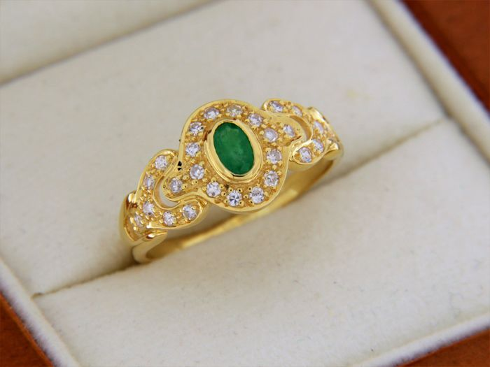 Cocktail ring in 18 kt yellow gold, with central emerald and diamonds - Finger size: 58.