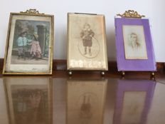 Lot of 3 brass photo frames, of which 2 with bow - France - late 19th century.