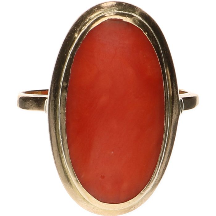 18 kt yellow gold ring set with precious coral – Ring size: 17 mm