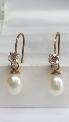14 kt yellow gold women's earrings set with pearl and zirconia