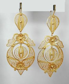 19.2 kt (800/1000) gold hand-crafted filigree earrings. Length: 6.7 cm (including the clasp)