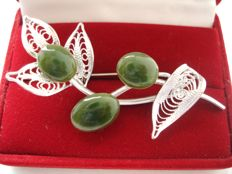 Vintage rhodium plated floral motif brooch with Jade in Swoboda style, Pristine, USA 1970's
