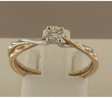 Bi-colour 14 kt gold, solitaire ring with diamond, ring size 17.5 (55).