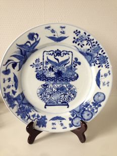 Large plate with flower basket – China – Around 1700 (Kangxi period)