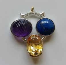 18 kt white gold pendant depicting a stylised owl with amethyst, lapis lazuli, citrine and diamonds, 0.20 ct – Size: 36 x 40 mm – ***no reserve price***