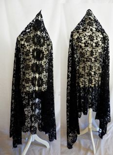 A very large hand made lace mantle - Mantilla - 250 x 115 cm., Spain ca 1920