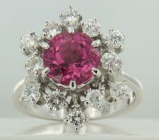 18 kt white gold entourage ring set with a central, 2.65 carat tourmaline and 12 brilliant cut diamonds, approximately 1.05 carat in total, ring size 18 (57)