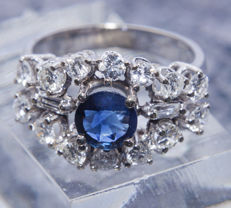 Cluster ring set with  a 1 ct Sapphire and 0,90 ct Diamonds in 14 K Gold