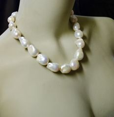 Collier of extremely large Baroque fresh water pearls