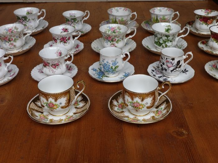 Lot with 17 Royal Albert cups and saucers