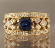 18 kt yellow gold ring set with a central, oval cut 1.60 ct sapphire with an entourage of two princess cut and 30 brilliant cut diamonds, approx. 1.00ct in total, ring size 18 (57)