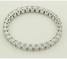 White, 14 kt gold, full eternity ring,  set with thirty-one brilliant cut diamonds, approx. 1.00 carat in total, ring size 19 (60).