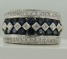 18 kt white gold ring set with 18 brilliant cut sapphires, 2.00 carat, and 36 brilliant cut diamonds, 0.67 carat, ring size 18.5 (55)
