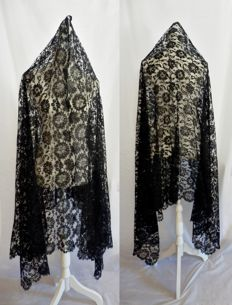 A very large lace mantle - Mantilla - 230x107 cm., Spain ca 1920