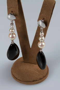 18 kt white gold earrings with droplet onyx and pearls – 7 cm