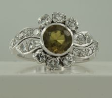 14 kt White gold ring set with a central 1.25 ct dark green citrine and an entourage of 20 diamonds, approx. 0.80 ct in total, ring size 15.5 (49)