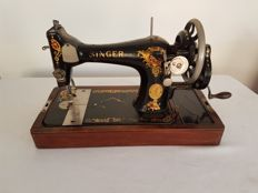 Singer sewing machine Series 128K, with a detachable wooden cap, 1926