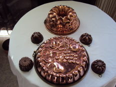 Lot of two large and four small copper cake moulds, very nicely detailed FRANCE