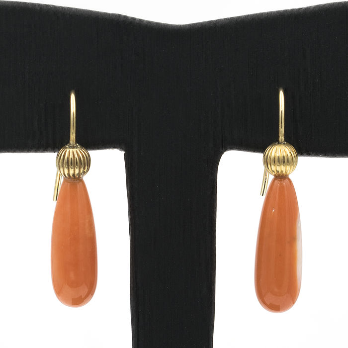 18 kt (.750) yellow gold – earrings – Natural Pacific coral – Fish hook clasp – Earring height: 27.7 mm
