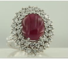 18 kt white gold rosette ring set with a central 4.00 carat cabochon cut ruby and a double row of 40 brilliant cut diamonds in entourage, 1.00 carat in total, ring size 17 (53)