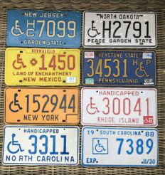Lot van 8 disabled/handicapped wheelchair drivers license plates.