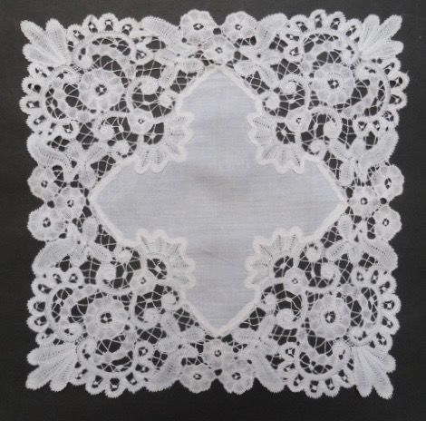 Linen wedding-handkerchief consisting of batiste lined with handmade Brussels bobbin lace, ca. 1850-1900
