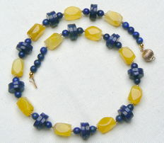 Necklace – 14 kt gold clasp – lapis lazuli – yellow agate; length: 47 cm.