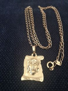 Pendant with Jesus Christ plate and a 43 cm chain, in 18 kt gold  *** No reserve ***