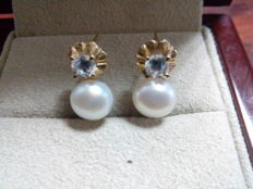 18 kt yellow gold earrings with Akoya pearl and zircon.