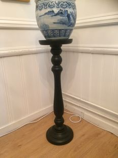 Twisted black lacquered Biedermeier style pedestal, England, first quarter 20th century