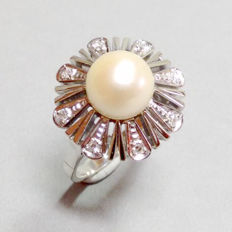 Gold ring with Akoya pearl 9.1 mm and diamonds.