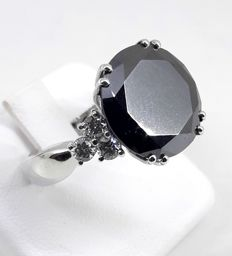 18 kt white gold ring with 6.20 ct black diamond and 0.40 ct diamonds – Size: 6.25