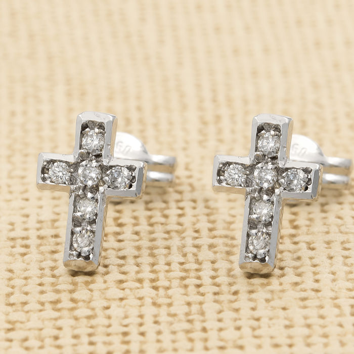 750 (18 kt) white gold – Cross-shaped earrings – Brilliant cut diamonds: 0.25 ct – Earring diameter 6.45 mm (approx.)