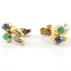 18 kt yellow gold earrings with sapphire, emerald and 0.2 ct of diamonds. Earring height: 13.55 mm (approx.)