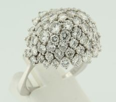 18 kt white gold entourage ring set with 62 brilliant cut diamonds, approximately 4.00 carat in total, ring size 21.25 (63)