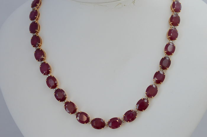 Royal yellow gold necklace with diamonds and especially large rubies, 112 ct in total - measurements: 44 cm