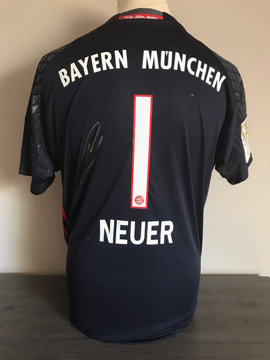 Bayern Munchen Neuer goalkeeper shirt + photo of the signing moment + certificate of authenticity