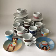Collection illy Collection and Espresso cups and saucers (17 pieces)