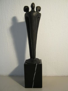 "Ger van Tankeren - abstract signed sculpture on a marble pedestal - ""Communicatie"""